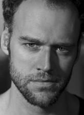 Elliot Cowan profil resmi