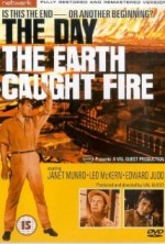The Day the Earth Caught Fire (1961) afişi